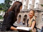zwei Studentinnen vor dem Universitätshauptgebäude