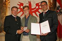 Bild: LH Platter und LH Kompatscher überreichten Eberhard Sauermann die Verdienstmedaille des Landes. Foto: Land Tirol/frischauf-bild