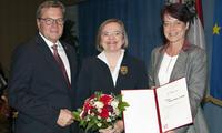 Bild: LH Günther Platter und Landtagspräsidentin Sonja Ledl-Rossmann zeichnen Vizerektorin Ulrike Tanzer aus. (Credit: Land Tirol/Frischauf)