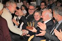 """Feichtinger bekommt von der Theatergruppe Kortsch eine Geburtstagstorte (aus dem Stück """"St. Valentin""""), links neben ihm seine Frau Edeltraud und Bürgermeister Dr. Dieter Pinggera). Foto: Günther Schöpf"""