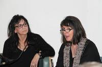 Die Künstlerin Milena Meller (l.) im Gespräch mit Erika Wimmer