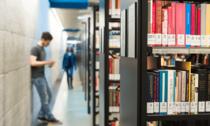 Studierende in der Bibliothek (Bild: Gerhard Berger)