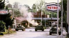 Slowenische Einheiten bekämpfen jugoslawische Panzer 1991 bei Rožna Dolina, einem Ortsteil von Nova Gorica an der Grenze zu Italien. Foto: Peter Božič