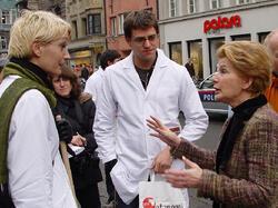 Im Rahmen einer Studierenden-Protest-Aktion diskutieren die damalige ÖH-Vorsitzende Maria Furtner und Gebi Mair mit Bürgermeisterin Hilde Zach (2007)