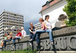 Symbolbild: Studierende vor der Universität Innsbruck