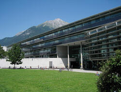 Campus Universitätsstraße: SOWI-Gebäude, Berge