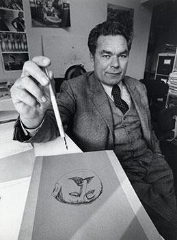 Paul Flora im Atelier (links) und 1966 inmitten der Karikaturisten Manfred Schmidt, Loriot, Reiner Zimnik, Ernst Hürlimann und E. M. Lang (beide © TLM)