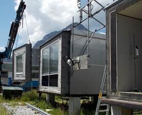 Außenteststände (PASSYS-Testzellen) am Campus der UIBK. Fassadenmontage (links), Innenansicht des Testraums mit Tageslichtsystem und LED-Beleuchtung (rechts)