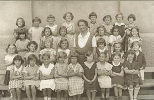 Irma Sander als Lehrerin mit einer ihrer Klassen, ohne Datum