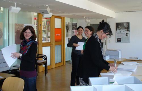 Das Projektteam beim Nachordnen des Vorlasses. Foto: Ursula Schneider