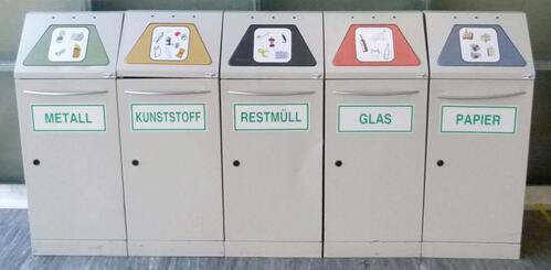 5er-Trennsysteme mit Piktogrammen und Plakat im Hörsaalbereich BI-Gebäude (Foto: Schneider I., Wörle A.)