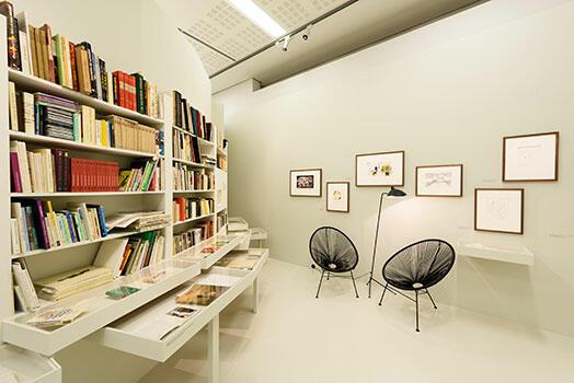 Blick in die Ausstellungsräumlichkeiten (© Wolfgang Lackner); Umschlag des Ausstellungskatalogs