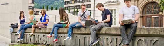 Studierende vor der Universität Innsbruck
