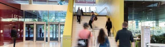 Studierende auf einer Treppe