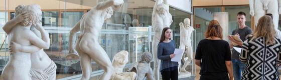 Studierende und Skulpturen