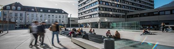 Studierende am Geiwi Vorplatz
