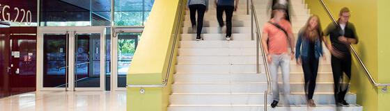 Studierende auf der Treppe