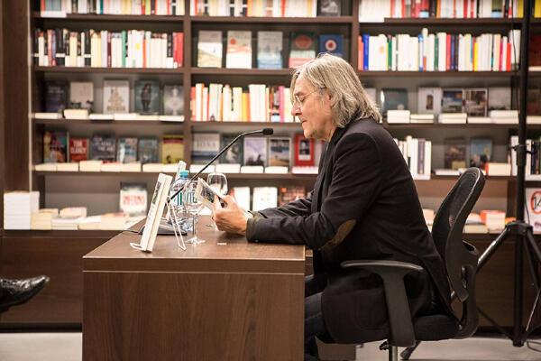 """Erich Hackl liest aus seiner Erzählung """"Dieses Buch gehört meiner Mutter"""" in der Buchhandlung Studia, Innsbruck 2013. Foto: Patrick Steiner"""