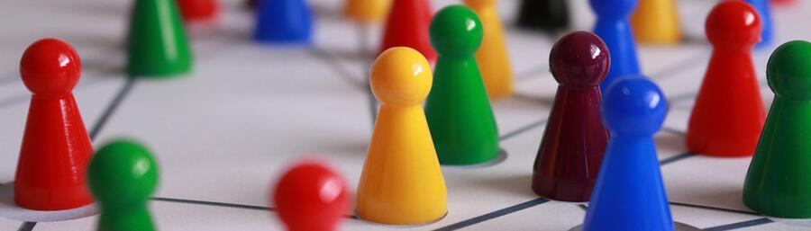 Spielfiguren auf vernetzter Karte (pixabay/geralt)
