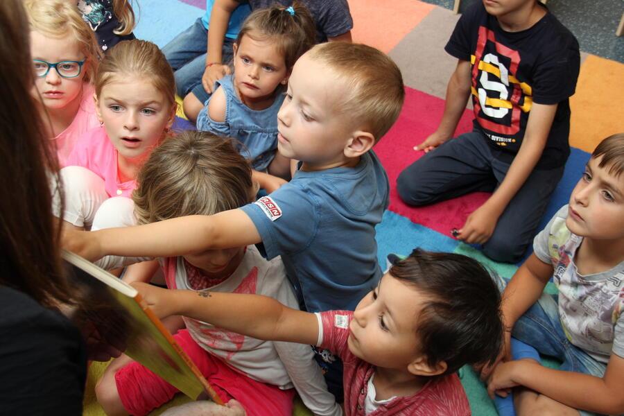 Begeisterte Kinder entdecken die Universität Innsbruck