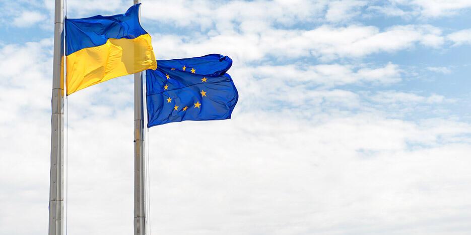 Fahnen: Ukraine und Europa