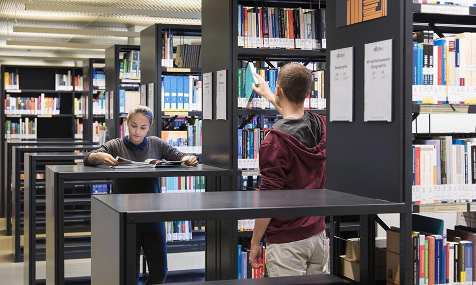 Studierende in Bibliothek