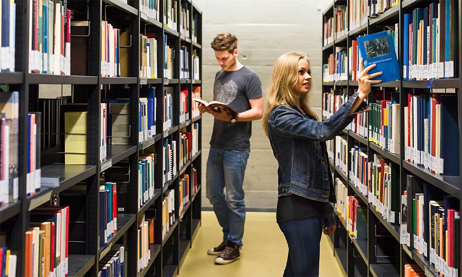 Zwei Studierende in der Bibliothek