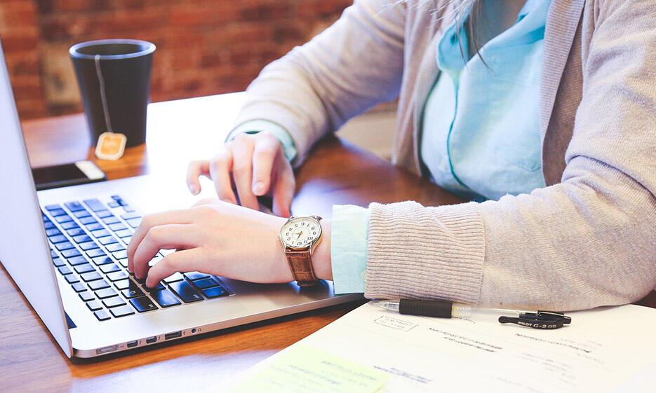 Studentin schreibt am Laptop